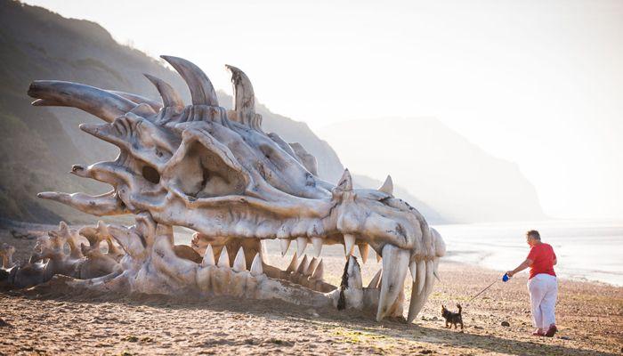 Vor dem Start der dritten Staffel installierter Drachenschädel an der Jurassic Coast in Südengland © blinkbox.com
