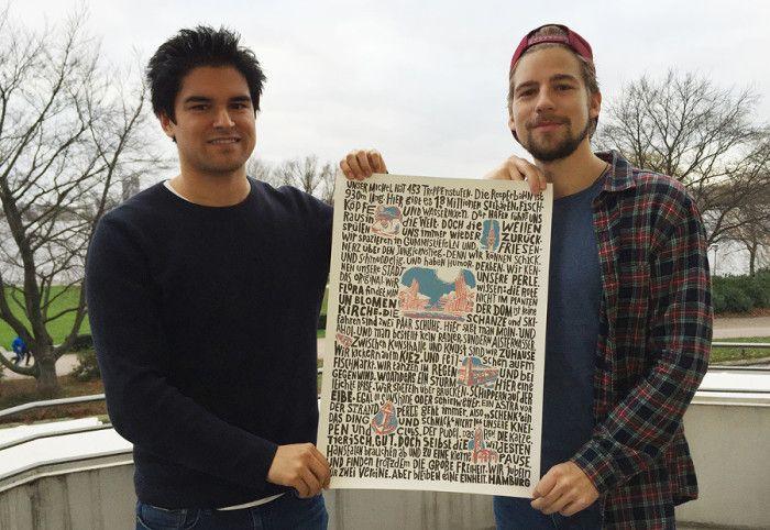 Geheimtipp Gründer Patrick Kosmala und Jan Traupe präsentieren ihr Plakat auf unserem Balkon