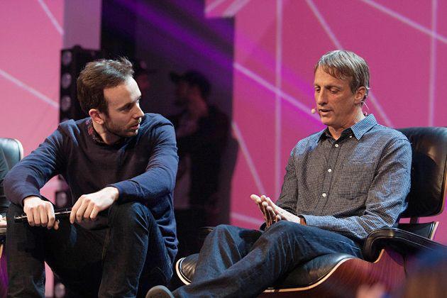 Veranstalter der Online Marketing Rockstars Philipp Westermeyer mit Skaterlegende Tony Hawk, © Tina Bauer / OnlineMarketing.de