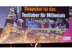 Matthias Stock, Head of Social Media bei Sixt, bei seinem Vortrag über Snapchat auf der New Platform Advertising im Hamburger Docks. © T. Bauer | OnlineMarketing.de