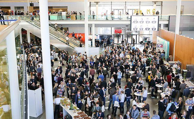 Die Teilnehmer der SMX München 2016 in der Expo Hall.