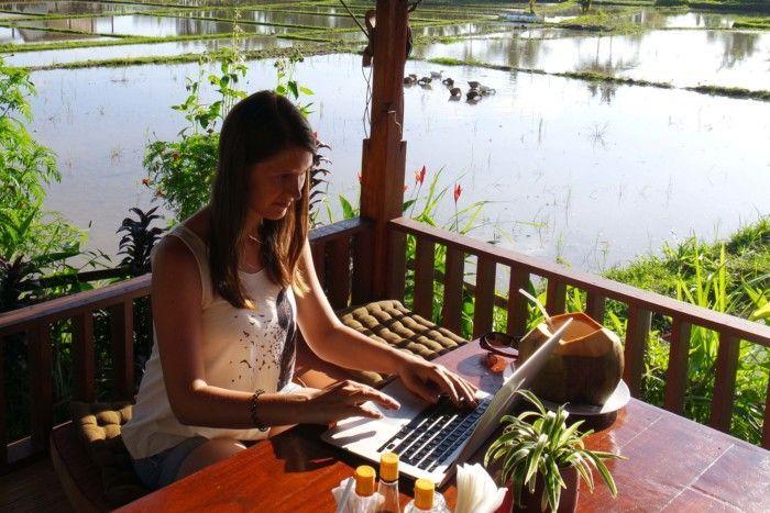 Nadine Mandrella bei der Arbeit in den Reisfeldern Ubuds auf Bali