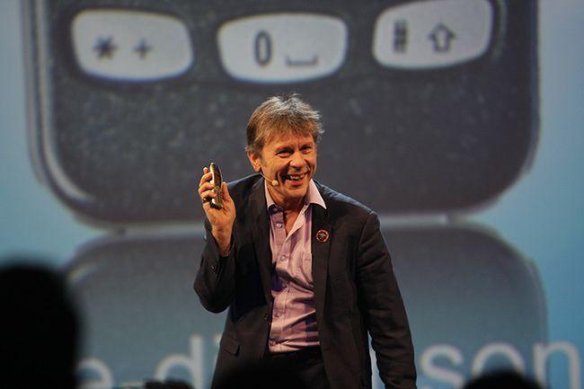 Bruce Dickinson, Frontman von Iron Maiden schwört auf sein Nokia 3310 aus der ersten Generation. Der Akku hält seitdem.