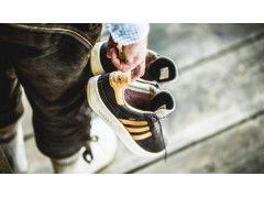Wasserfest mit Prost Schriftzug: Adidas stellt Leder Sneaker