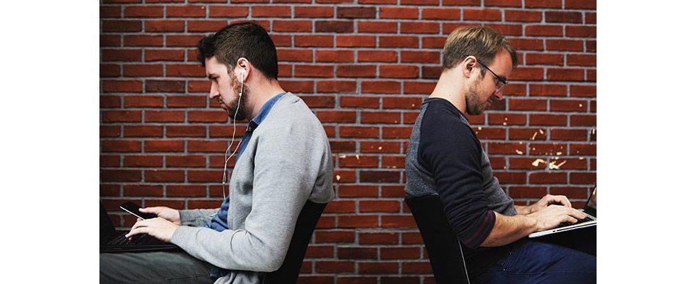 Rückenschmerzen vorbeugen: Ergonomisch sitzen und Dehnungsübungen am Arbeitsplatz