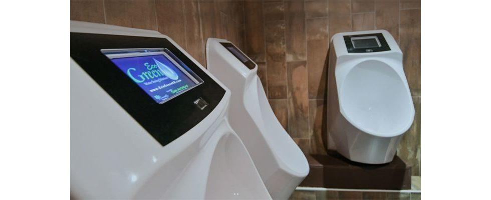 Smartes Urinal spielt der Herrenwelt Werbung beim Urinieren aus
