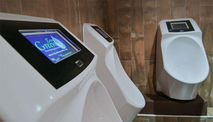 smartes urinal spielt der herrenwelt werbung beim urinieren aus. Black Bedroom Furniture Sets. Home Design Ideas