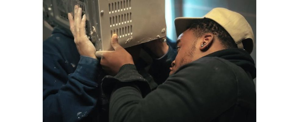 YouTuber zementiert seinen Kopf in eine Mikrowelle ein und erstickt fast