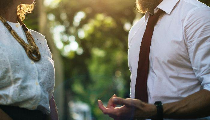 Körpersprache & Intonation: Wie du auf Anhieb selbstbewusster wirkst und Souveränität ausstrahlst