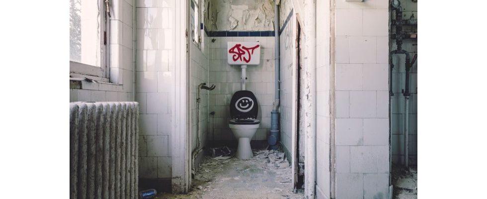 Vorsicht auf dem stillen Örtchen: Versicherung muss Sturz auf Arbeitstoilette nicht übernehmen