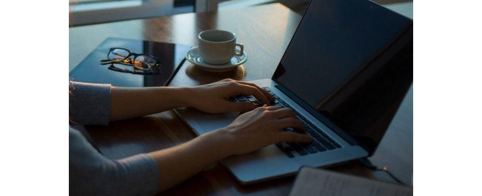Tag der Workaholics: Wenn Arbeit und Alltag verschmelzen – Das denken Angestellte und Chefs