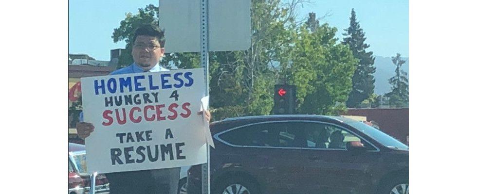 Geplatzter Startup-Traum: Wohnungsloser erhält Jobangebote mithilfe eines Plakats