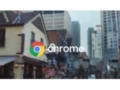 Chrome-Schriftzug vor Gebäuden und Straße