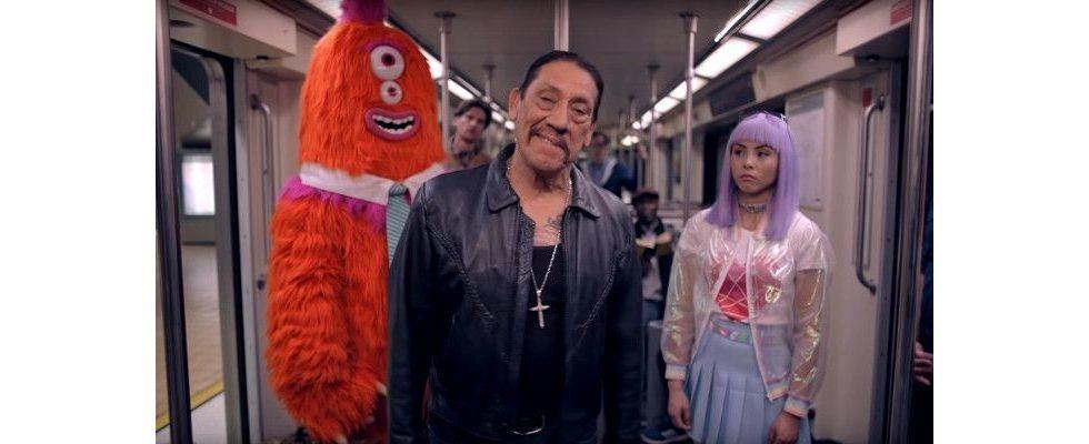 Danny Trejo bringt L.A. in bizarrem Clip das korrekte Bahnfahren bei