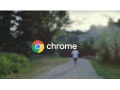 Chrome-Schriftzug vor Feldweg mit Läufer