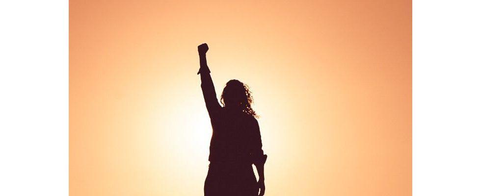3 einfache Angewohnheiten, die dich sofort selbstsicherer wirken lassen