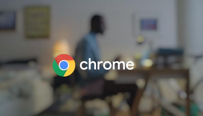 Google Chrome Schriftzug vor Mann am Schreibtisch im Hintergrund