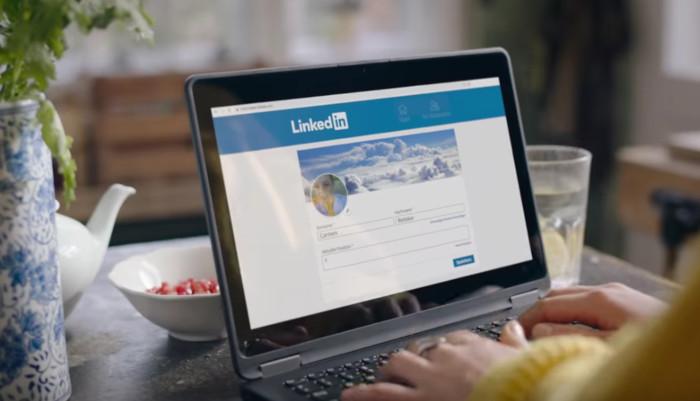 PC mit LinkedIn auf dem Screen, Händen an der Tastatur