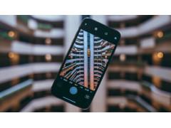 Handybildschirm zeigt Häuser im Hintergrund schärfer als das Umfeld