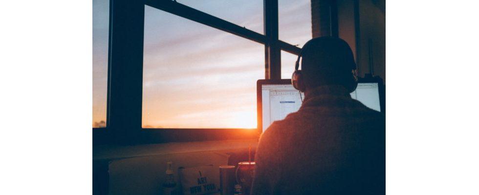 Büro-Knigge: Wann darf ich Musik am Arbeitsplatz hören?