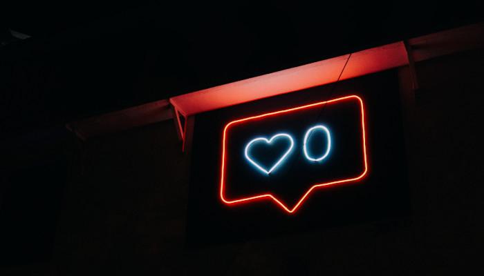 Like-Symbol als Neonschild