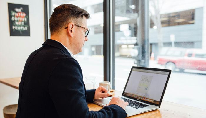 Marketer beschäftigt sich mit der SEO-Optimerung auf LinkedIn