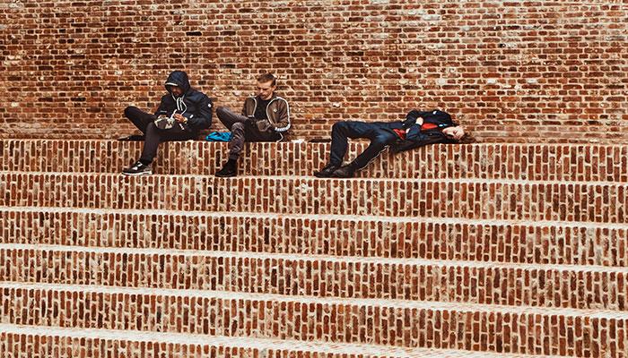 Twitter Acconts Löschung bei Inaktivität - Menschen auf Treppe, einer twittert nicht mehr, die anderne beiden sind noch aktiv