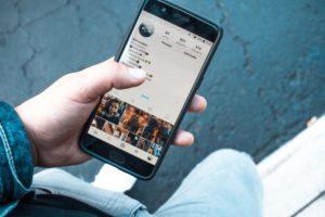 Infuelncer Marketing: Auf dem Bild sieht man einen Smartphone-Display, auf dem ein ein geöffnetes Instagramprofil zu sehen ist.