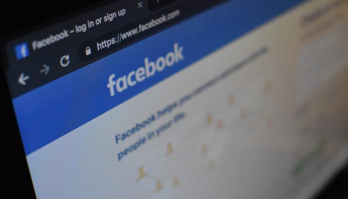Auf dem Bild ist ein Laptop zus ehen, auf dem die Facebook Login Seite aufgerufen ist