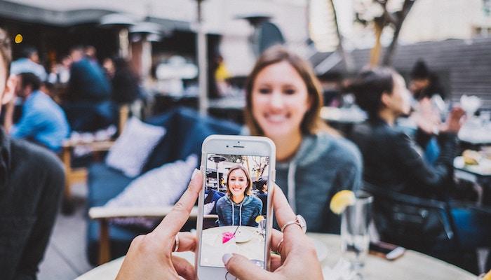 Weibliche Social Media Influencer verdienen weniger als männliche.