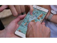 Karte auf Smartphone, Hände zeigen auf das Smartphone