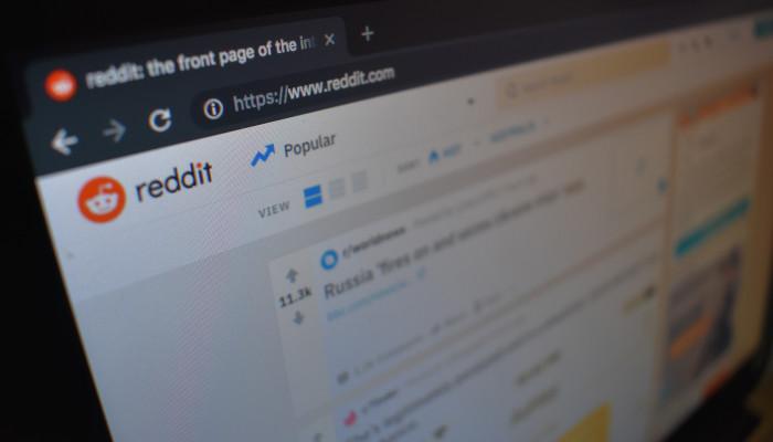 Auf dem Bild ist ein Computer-Bildschirm zusehen, auf dem Reddit geöffnet ist. Die Plattform möchte gegen Deep Fakes vorgehen