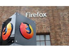 Morzilla Firefox: Vorne: Eine Stele mit dem Firefox-Logo (einem Fuchs) Hinten: ein Backsteingebäude mit einem Firefox-Schild über einer Glastür.