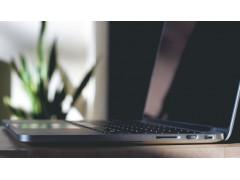 Laptop von der Seite, schwarzer Bildschirm