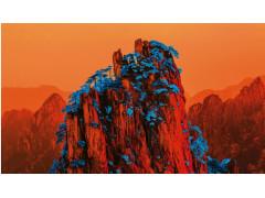 Pantone erschafft neue Welten: Auf dem Bild ist ein Berg in Orange mit blauem Schnee zu sehen