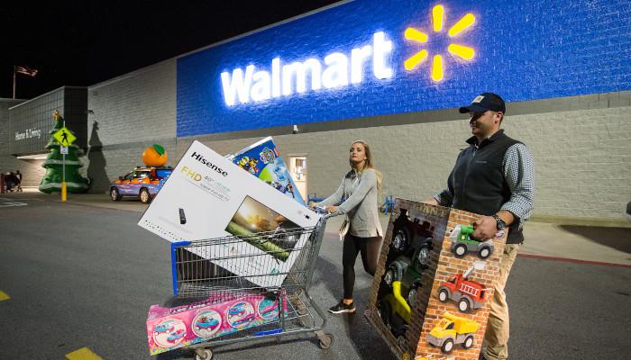 Shopper mit Einkaufswagen vor Walmart