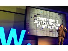 Mann auf Bühne bei der Awwwards Conference Amsterdam 2020