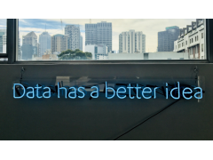 Marketing Automation, Data has a better idea Zeichen vor Fenster