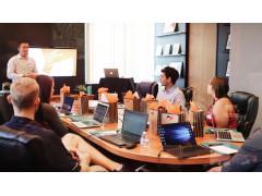 Momentaufnahme eines Meetings nach 15 Uhr in einer Firma