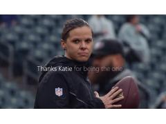 Katie Powers steht mit Football im Stadion