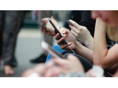 Personen mit Smartphones in den Händen