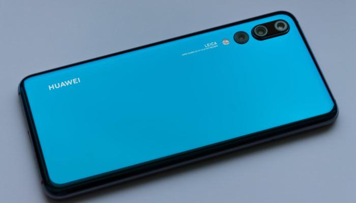 Ein Huawei Smartphone mit blauer Fülle