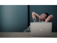 Mann lächelnd am Schreibtisch sitzend