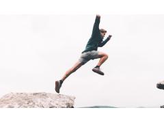Mann springt über Felsen