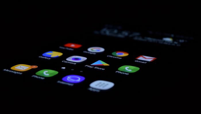 Smartphone mit Apps vor dunklem Hintergrund
