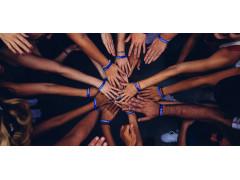 Menschen fassen sich im Rahmen einer gelungenen Teamarbeit an den Händen