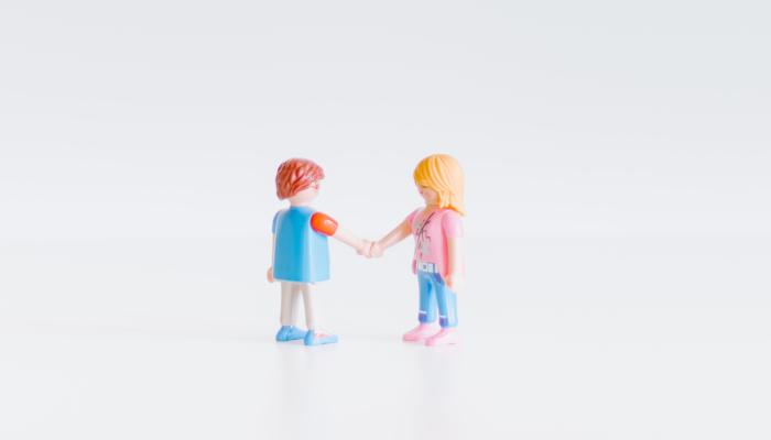 Playmobil-Figuren geben sich die Hand