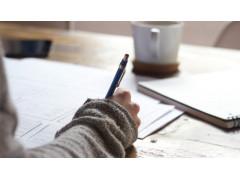 eine Person schreibt auf einem Block