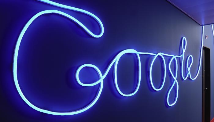 Google blaues Logo an Wand