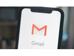Ein Smartphone Display mit dem Google Mail Logo